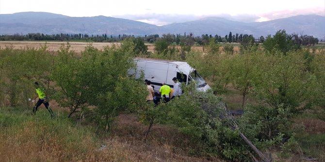 Erzincan'da bahçeye düşen kamyonetteki 2 kişi yaralandı