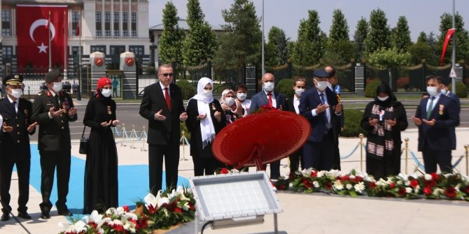 Cumhurbaşkanı Erdoğan şehit yakınları ve gazilerle birlikte 15 Temmuz Şehitler Abidesi'ne çiçek bıraktı