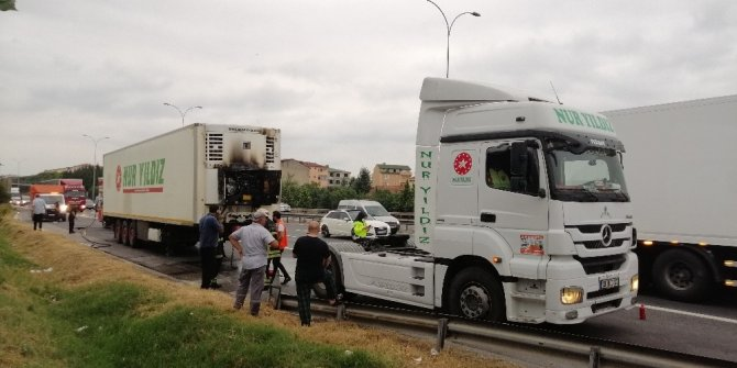 TEM'de dondurma yüklü kamyonu yanmaktan sürücünün dikkati kurtardı
