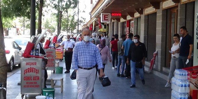 Korana vakalarının yüksek olduğu kentte maske ve sosyal mesafe kuralına uyulmuyor