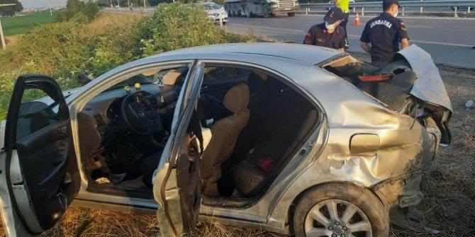 Otomobil tarla girişindeki demirlere çarptı: 6 yaralı