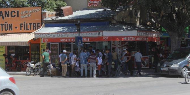 """Konya'da """"sosyal mesafesiz"""" alışveriş tepki topladı"""