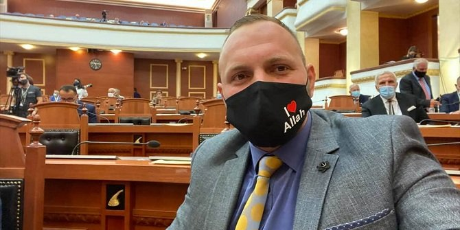 """Arnavutluk milletvekili, """"I Love Allah"""" yazılı maskeyle Meclis oturumuna katıldı"""
