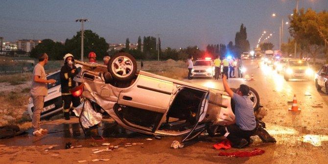 Ağaçlara çarpan otomobil yol ortasına devrildi: 2 yaralı