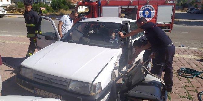 Yaşlı adam, sıkıştığı araçtan kapı kesilerek kurtarıldı