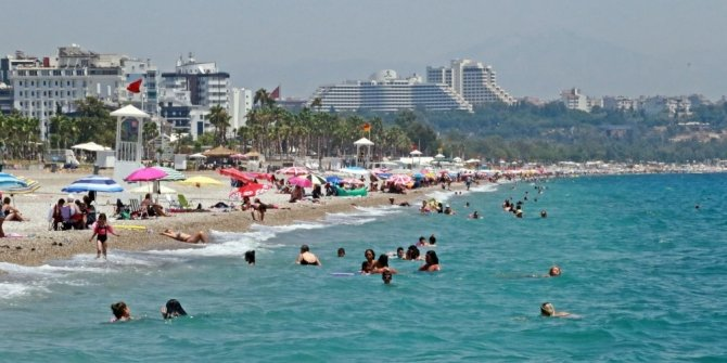 Dünyaca ünlü sahilde deniz keyfi engel tanımıyor