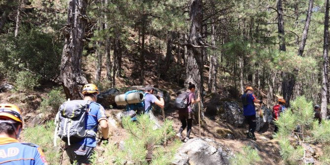 Dağda yollarını kaybeden iki kardeşi AFAD ekipleri buldu