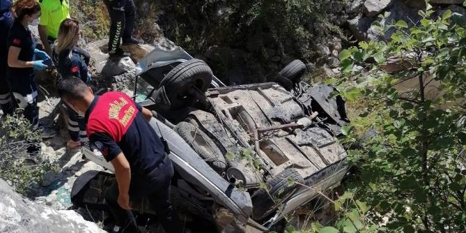 Araçta sıkışan sürücüyü itfaiye kurtardı