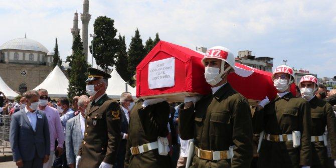 Şehit oğlunu asker selamıyla uğurladı