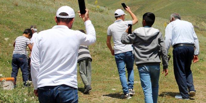 Şebeke avcıları, yakınlarıyla konuşmak için her yolu deniyor