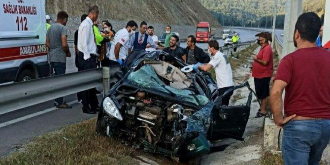 Bariyerlere çarpan otomobil hurdaya döndü: 3 yaralı