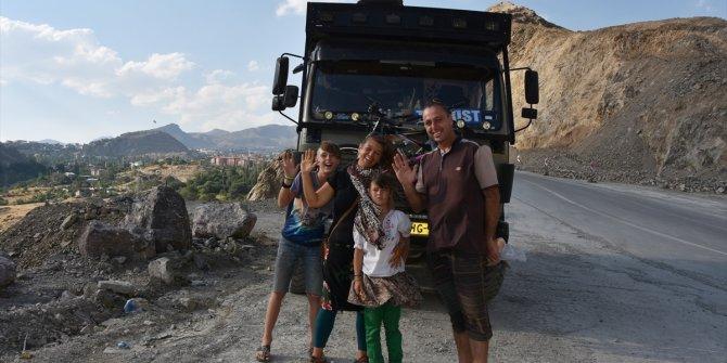 Kovid-19 salgını nedeniyle 7 ay İran'da kalan Hollandalı gezgin aile Hakkari'de