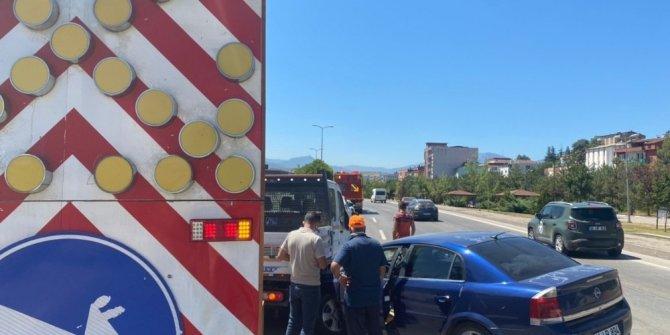 Seyir halindeki otomobil yol çizgi aracına çarptı: 1 yaralı