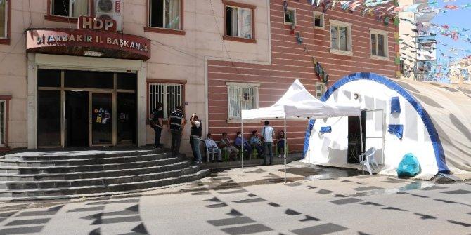 HDP önündeki evlat nöbeti direnişine 2 aile daha katıldı