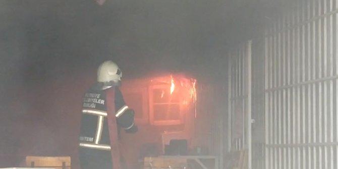 Elektrik malzemeleri satan iş yerinde yangın