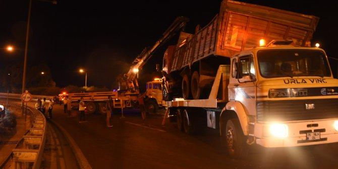 Tuğla yüklü kamyon kasası otomobilin üstüne devrildi: 1 ölü, 3 yaralı