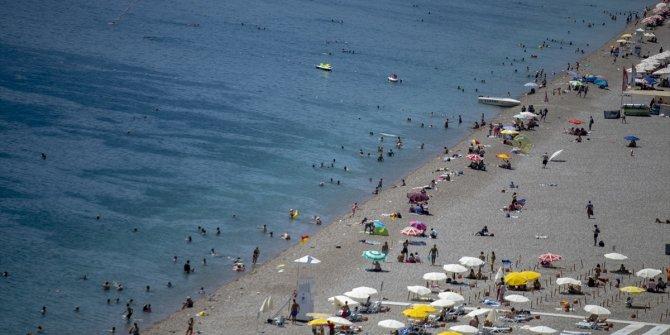 Antalya'da sıcaktan bunalanlar sahillerde yoğunluk oluşturdu