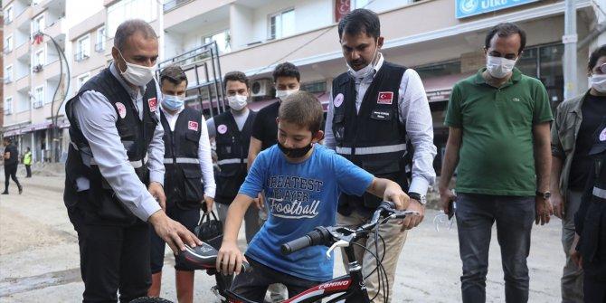 Selde bisikleti kaybolan 12 yaşındaki Efe'nin yüzünü Bakan Kurum güldürdü