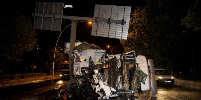 Başkent'te kamyon direğe çarptı: 1 yaralı