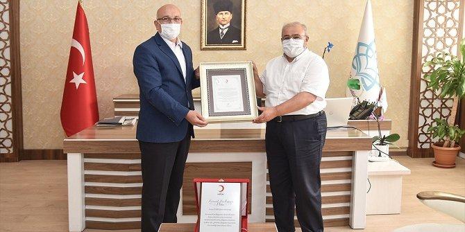 Konya İnsan Mektebi kapsamındaki rekor kan bağışına, ilk ödül Kızılay'dan