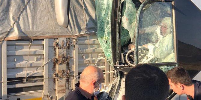 Burdur'da yolcu otobüsü park halindeki tıra çaptı: 1 ölü, 6 yaralı