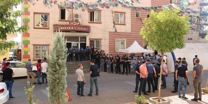 HDP önündeki aileler, Kobani olaylarına ilişkin gözaltıları sevinçle karşıladı