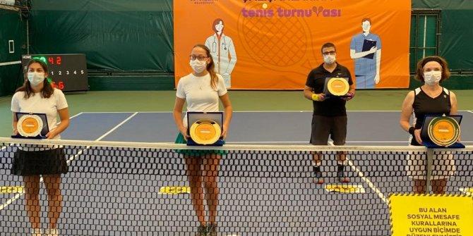 Sağlık çalışanlarının katıldığı tenis turnuvası sona erdi