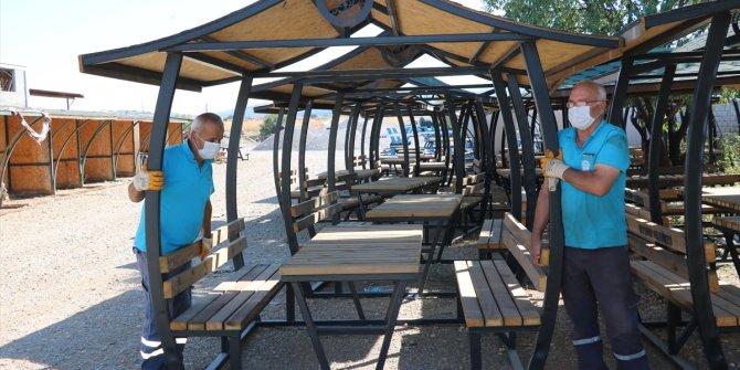 Beyşehir Belediyesi kamelya, bank ve otobüs durağı üretiyor