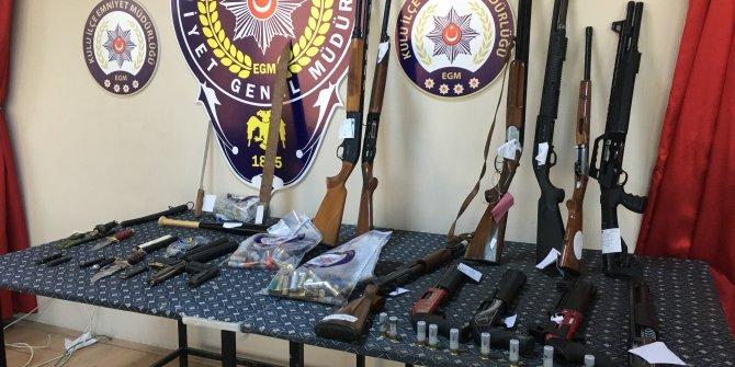 Husumetli ailelerde çok sayıda silah ve bıçak ele geçirildi