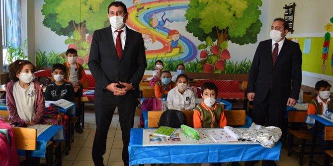 Ege Özel Çocuklar Vakfı'ndan Hüyüklü çocuklara kıyafet desteği