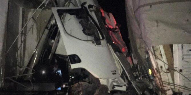 Tırla kamyon çarpıştı: 1 ölü