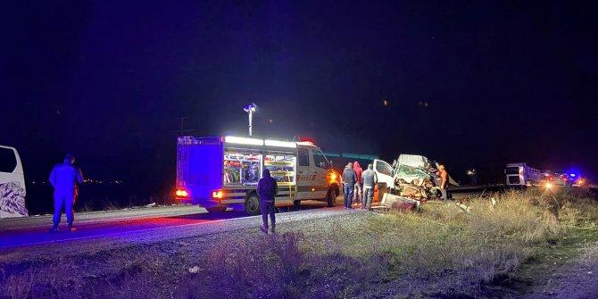 Otobüsle minibüs çarpıştı: 1 ölü, 2'si çocuk 5 yaralı