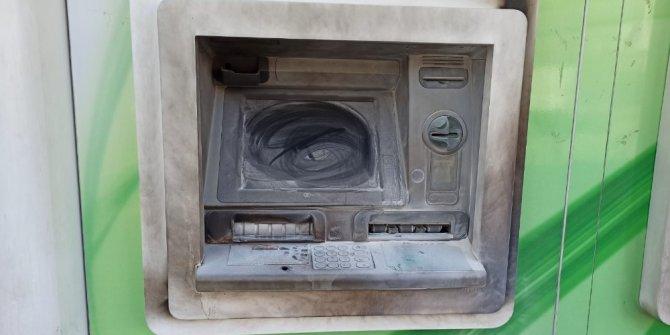 Bankaya sinirlenip ATM'yi yakmak istedi