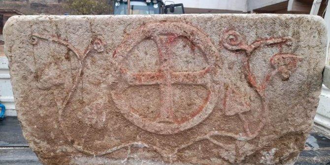 Tarlada bulunan taş vaftiz teknesinin sırrı çözüldü