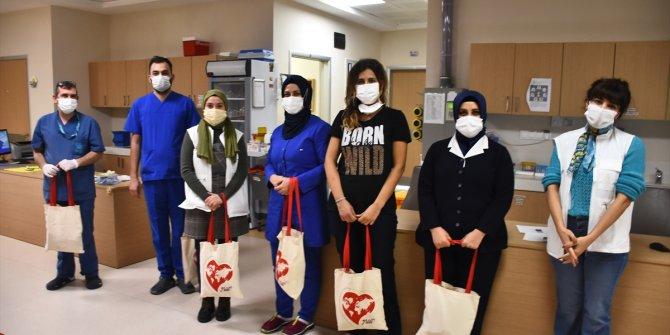 """Genç Yeryüzü Doktorları Topluluğu, sağlık çalışanlarına """"motivasyon kiti"""" dağıttı"""