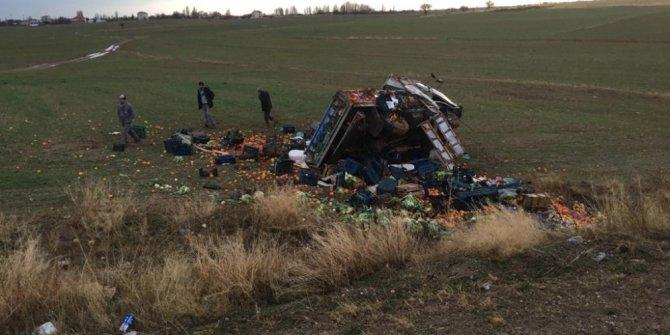 Konya'da sebze meyve yüklü kamyonet devrildi: 1 yaralı