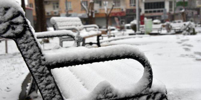 Siverek'te kar yağışı etkili oluyor