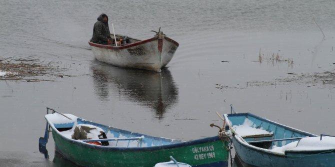 Konya'da karda, kışta fırtınada balık avı