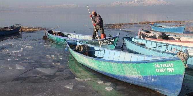 Kıyıları donan Beyşehir Gölü'nde balıkçıların zorlu mesaisi
