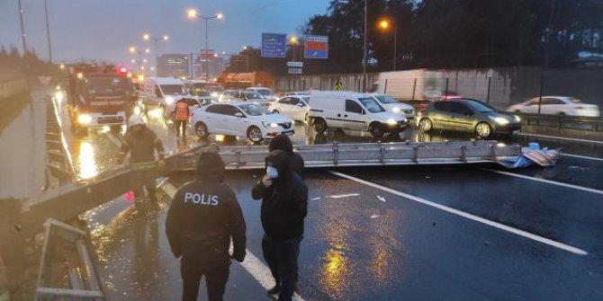 İstanbul'da yön tabelası yola devrildi, araçlar kaza yaptı