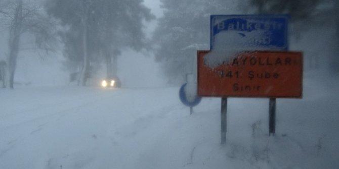 Kazdağları'nda onlarca araç kar nedeniyle mahsur kaldı