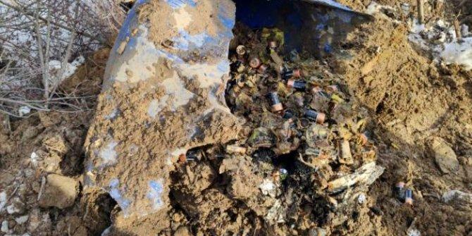 Bitlis'te teröristlerin toprağa gömdüğü 450 pil bulundu