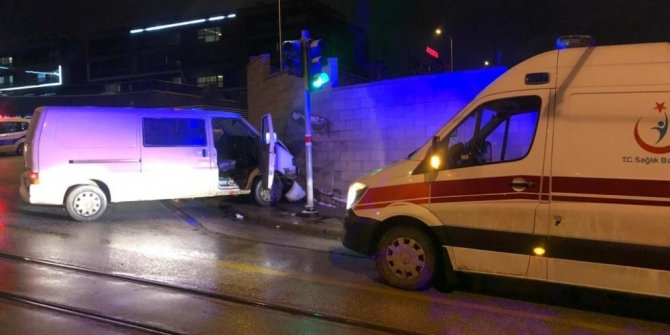 Aracıyla duvara çarpan sürücü yaralandı