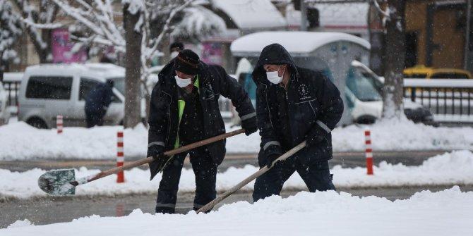 Belediyenin kar temizleme ekipleri sahada
