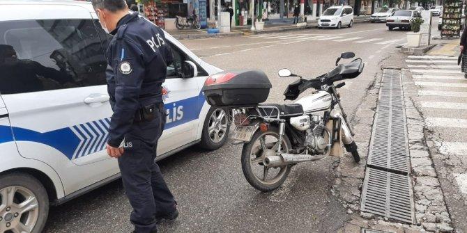 Kayganlaşan yolda motosiklet devrildi