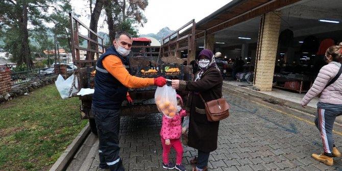 Marmaris'te toplanan turunçlar vatandaşlara dağıtıldı