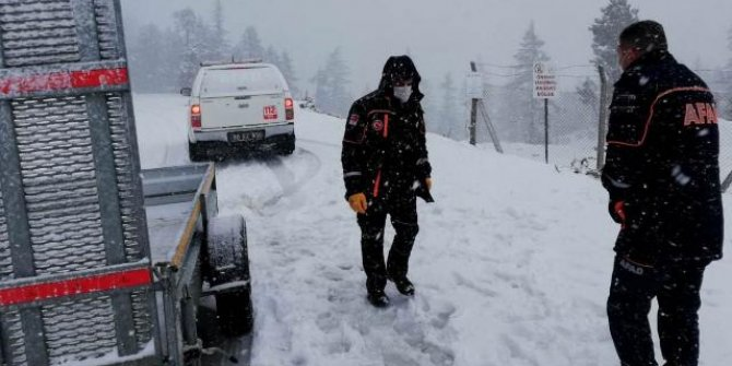 Yoğun karda mahsur kalan 2 kişiyi AFAD kurtardı