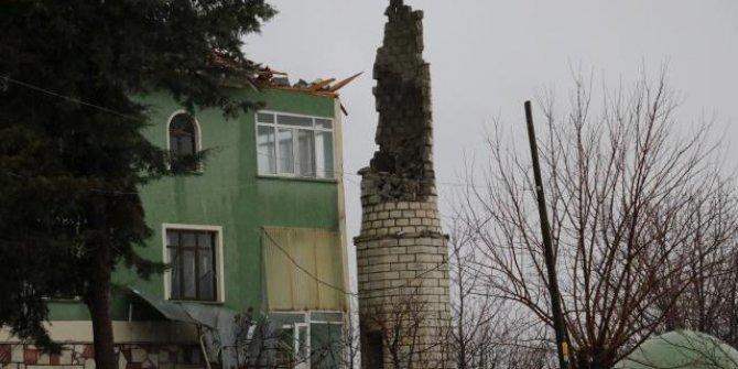 Yıldırım düşen caminin minaresi yıkıldı