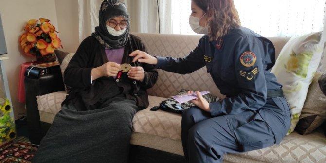 Kadın astsubaylar kadınları dolandırıcılara karşı uyardı