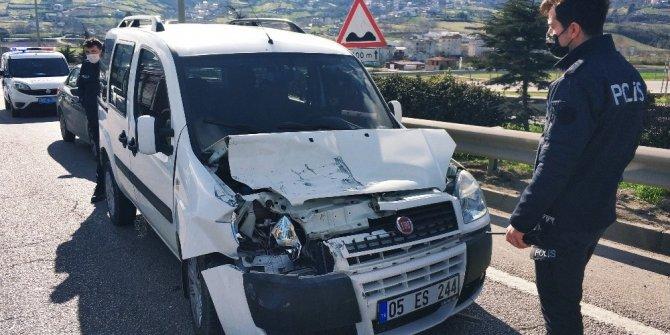 Hafif ticari araç kamyonete çarptı